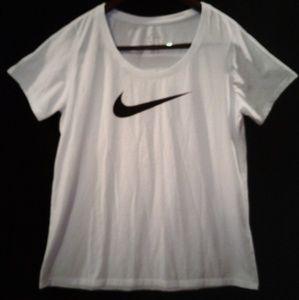 🤩NWT woman's NIKE  shirt.size L🤩